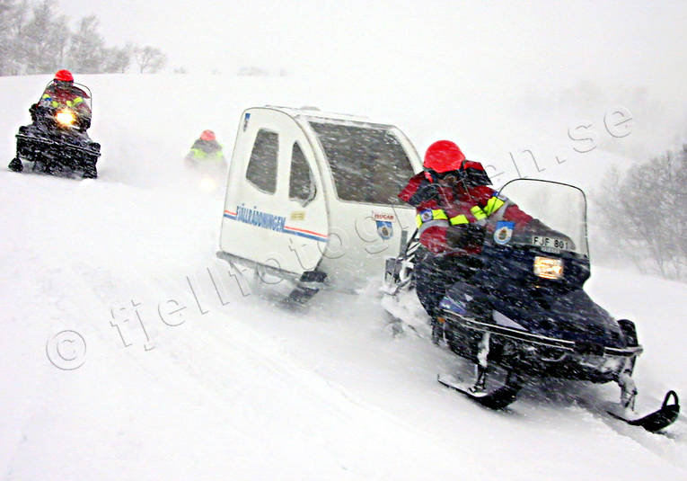 alpine rescue team, alpine rescuer, communication, communications, land communication, motor sports, mountain, mountain, snow storm, snowmobile, snowmobile, storm, storm, winter, äventyr