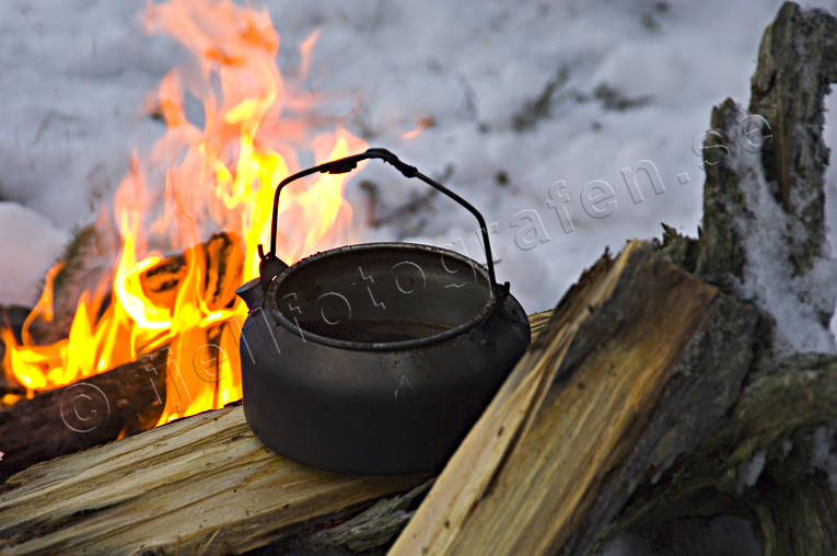 boil, camp fire, coffee, coffee pot, coffeemaking, fire, fire, firewood, fuel wood, forest life, outback life, outdoor life, snow, tar wood, tar-wood-stump, törved, warm, heat, warmth, wild-life, winter, äventyr