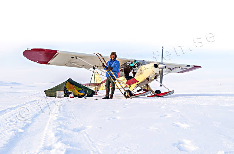 aeroplane, aviation, communications, fjällbilder, fly, Jamtland, landscapes, mountain tent, one-man tent, outdoor life, pilot, Raurenjaure, Rödingsjön, SE-EPF, spring-winter, super cub, Swedish Mountains, tent, touched down, winter, winter flight, winter flying, winter tenting, äventyr