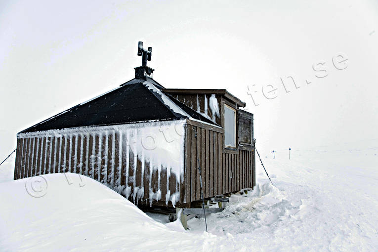 alpine mountains, buildings, cottage, Kvikkjokk, Lapland, mountain hut, mountain spaces, mountains, nature trail, outdoor life, snow, snowmobile trails, vinterbild, windshield, winter, winter route